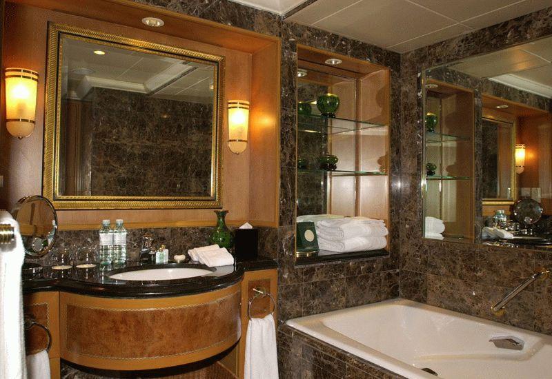 Мрамор и дерево отлично впишутся в интерьер ванной комнаты, но такой ремонт обойдется значительно дороже, чем укладка керамической плитки