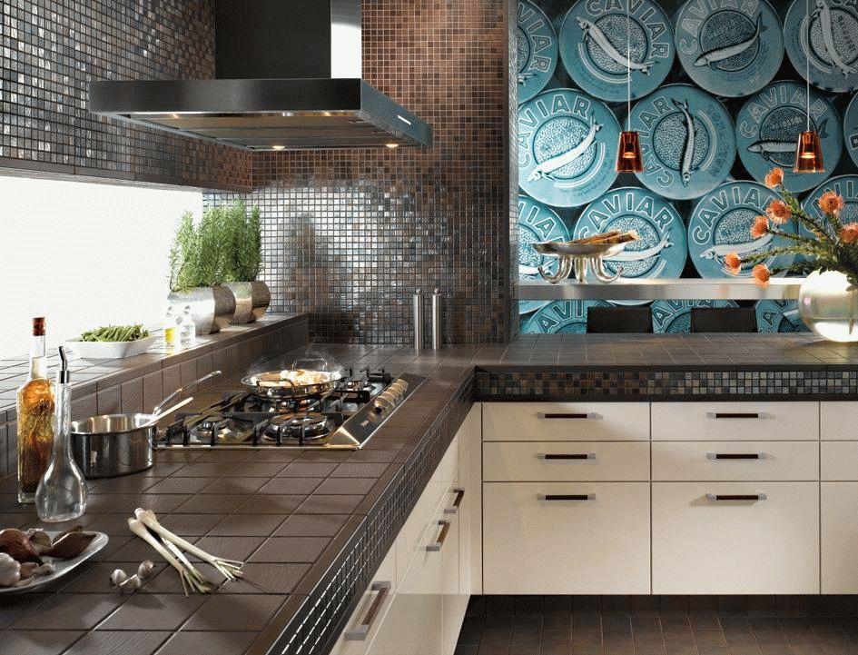 Выбирая материал для отделки кухни, нужно ориентироваться не только на его влагостойкость, но и способность противостоять огню