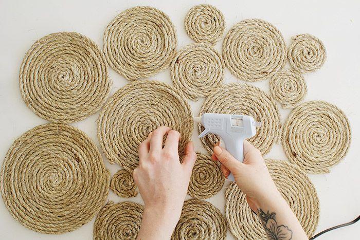 Картины из бечевки смотрятся очень необычно и стильно, поэтому этот вариант декора стен однозначно заслуживает вашего внимания