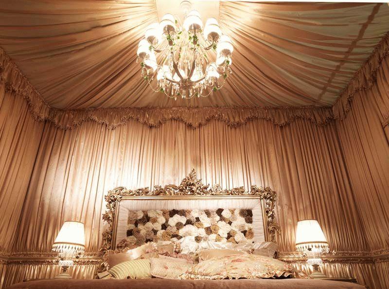Драпировка стен тканью в спальне молодоженов привнесет частичку романтики и уюта