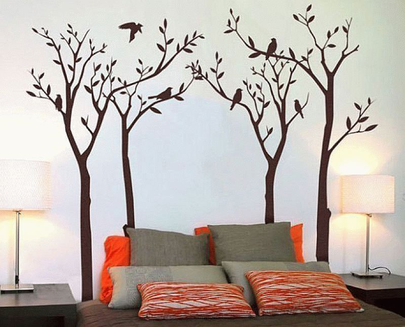 Виниловые наклейки - наиболее простой и практичный вариант создания декоративного дерева в интерьере