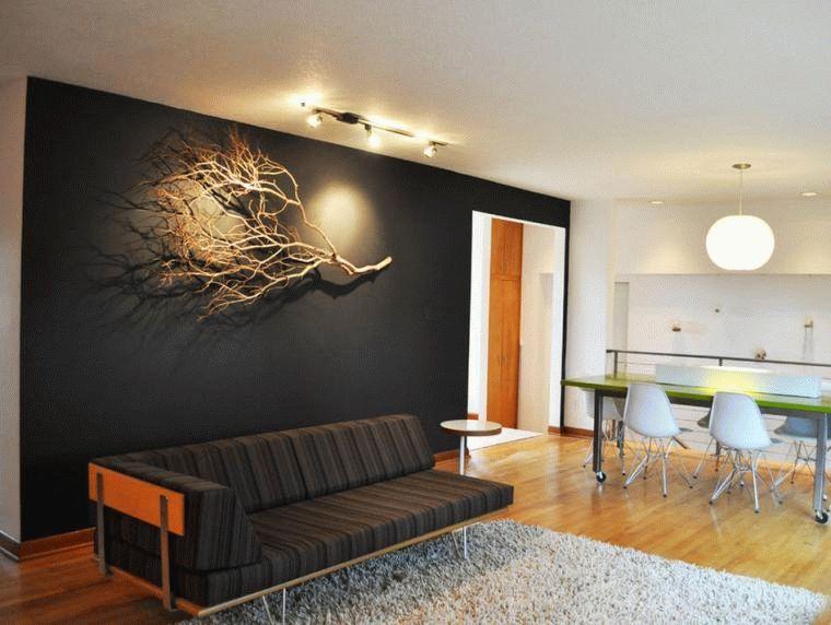 Декор из веточек дерева на стене создаст законченную картину всего дизайна