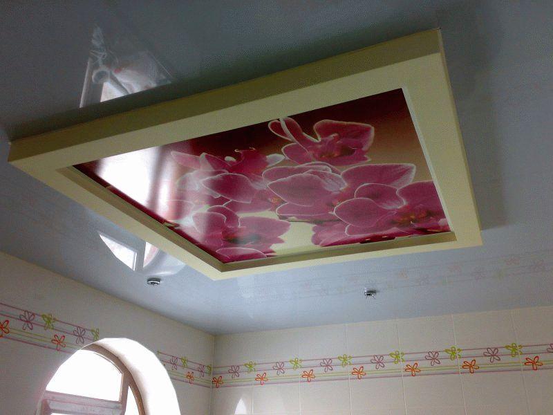 Псевдовитраж на потолке в ванной