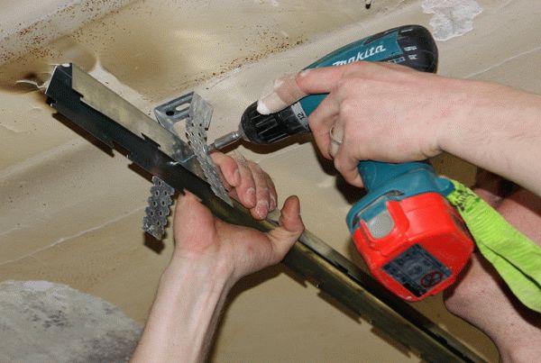 Крепление траверсов к потолку с помощью пружинных подвесов