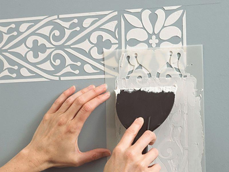 Создать объемный рисунок декоративной штукатурки можно легко с помощью специальных трафаретов
