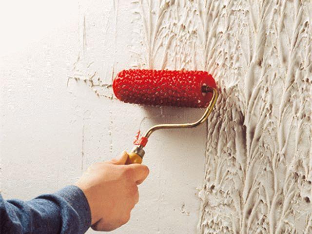 Работать структурным валиком следует строго сверху вниз, без нахлестов, не отрывая инструмент от поверхности стены