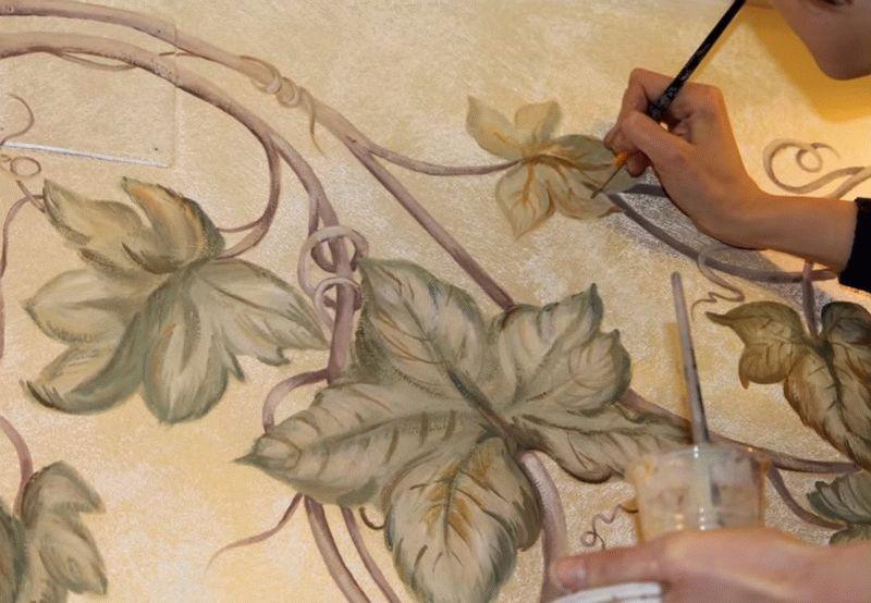 Перед нанесением росписи высохшую штукатурку нужно загрунтовать