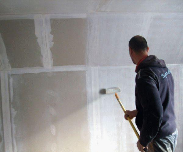 Наносить грунтовочный состав нужно при помощи валика или кисти, в один или несколько слоев