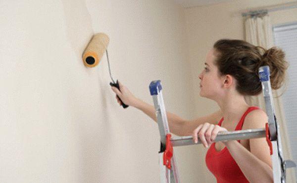 Процесс нанесения грунтовки на стены несложен, однако для качественного выполнения работы, нужно придерживаться определенных правил