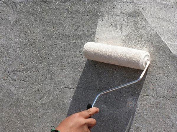 Грунтовка фасада препятствует впитыванию влаги основанием, создавая надежное сцепление со штукатуркой
