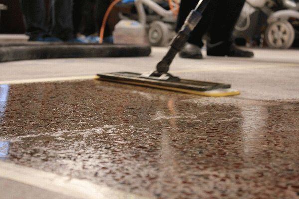 Перед нанесением грунта бетонный пол необходимо обработать пропиткой