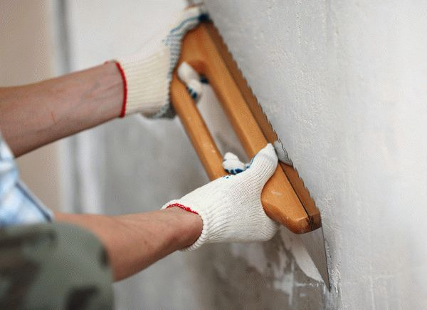 Перед тем, как наносить венецианскую штукатурку, нужно тщательно подготовить стену, иначе будут видны все недостатки поверхности