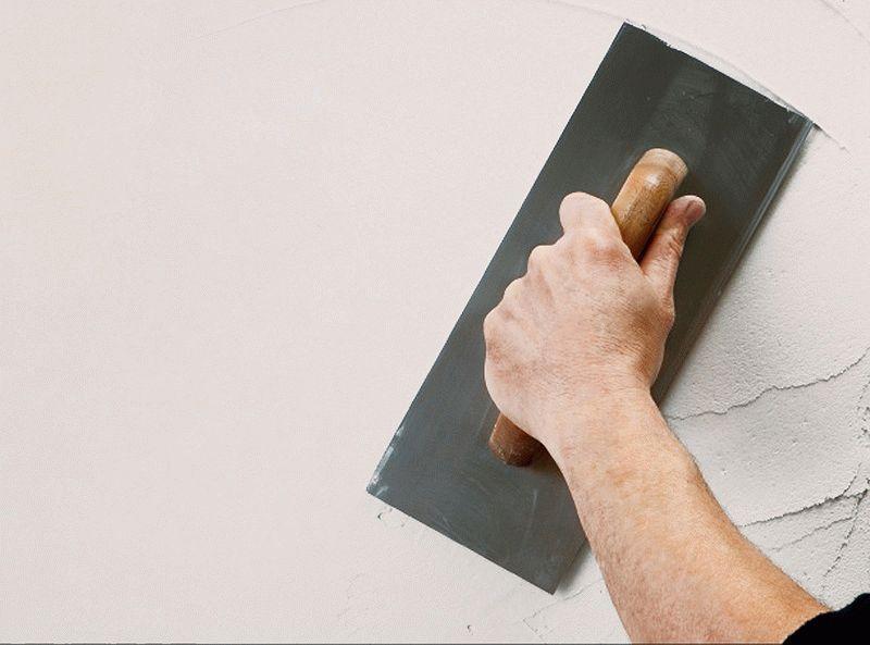 Шпаклевку можно наносить, только после тщательной подготовки окрашенной стены