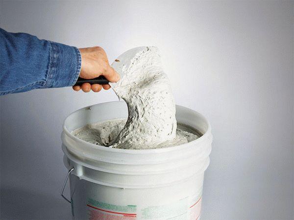 Шпаклевки отличаются от штукатурных смесей наличием дополнительных наполнителей, которые позволяют достичь идеальной ровности поверхности