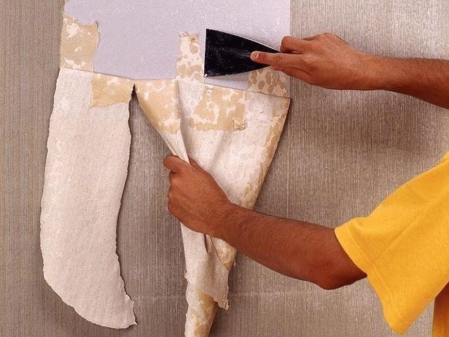 Перед шпаклеванием стены нужно очистить от старых отделочных материалов, хотя в редких случаях шпаклевку можно нанести прямо на обои