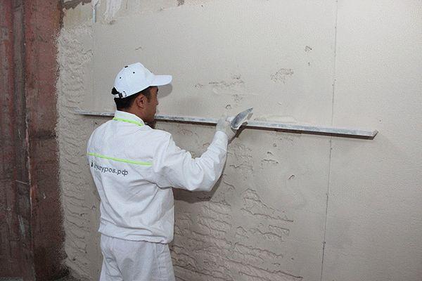 Проверка ровности поверхности стен правилом