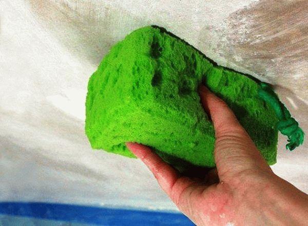 Чтобы узнать вид краски, которая нанесена на поверхность, нужно провести по ней хорошо намоченной губкой