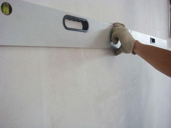 Ровность ошкуренной поверхности можно проверить строительным уровнем