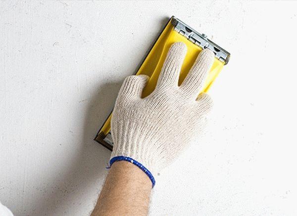 Для получения максимально ровной поверхности, высохшую шпаклевку нужно обработать наждачной бумагой