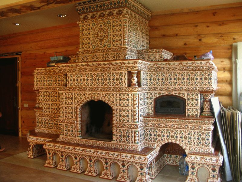 Красивая печка, отделанная изразцами