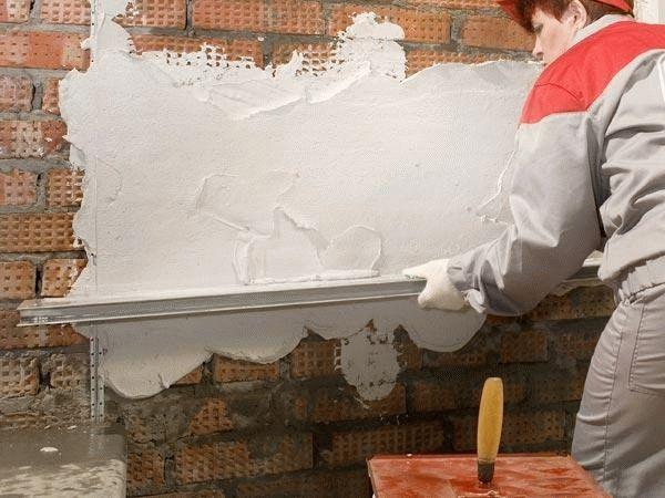 Не рекомендуется наносить шпаклевку на голые кирпичные стены, их нужно сперва оштукатурить