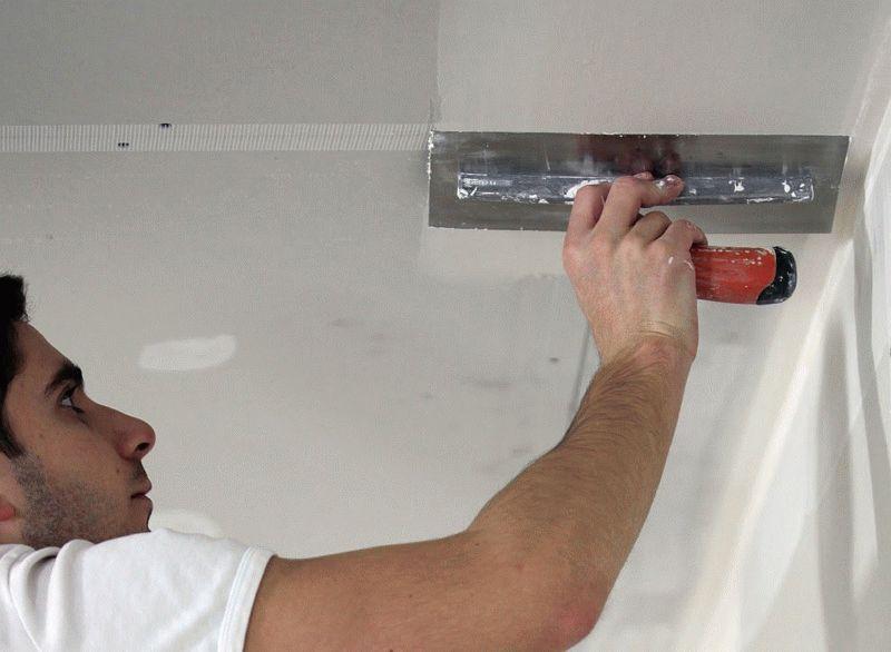 Технология шпаклевания гипсокартонных потолков отличается от бетонных или оштукатуренных поверхностей