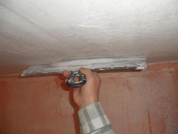 Не всегда целесообразно использование стартовой шпаклевки для выравнивания потолков, в некоторых случаях ее лучше заменить штукатуркой