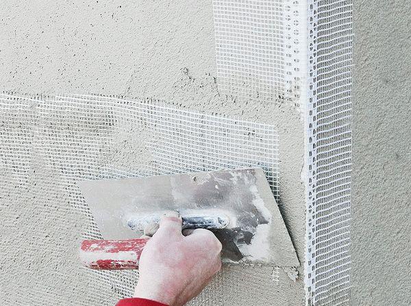 Сетку-серпянку чаще всего применяют для подготовки стен под покраску, так как она предотвращает возможное появление трещин спустя некоторое время после ремонта