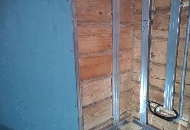 Выполнять обшивку стен в новом деревянном доме можно лишь в том случае, если он построен из клееного бруса