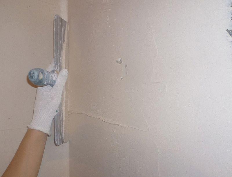 Шпаклевание стены всегда нужно начинать от угла