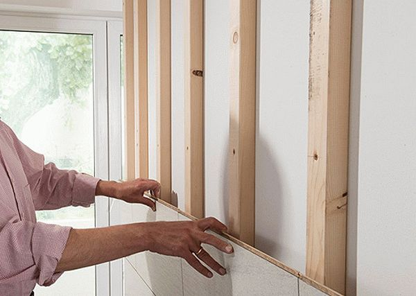 Отделка стены ламинатом с помощью обрешетки