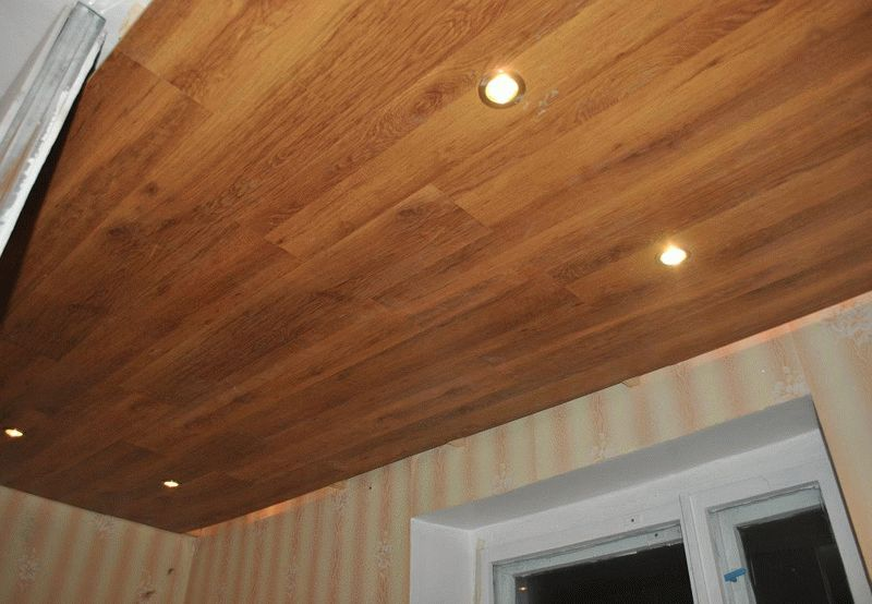Выбирая ламинат для потолка, нет нужды переплачивать за высокий класс износостойкости покрытия