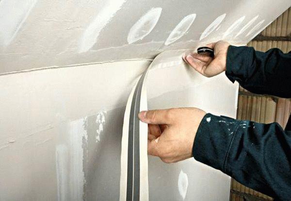 Обработка угловых стыков гипсокартона с применением армирующей ленты для углов