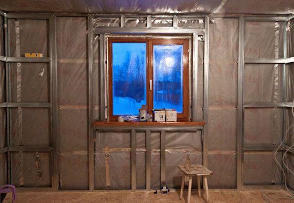 Обшивка гипсокартоном стены с окном требует дополнительных манипуляций, что усложняет работу