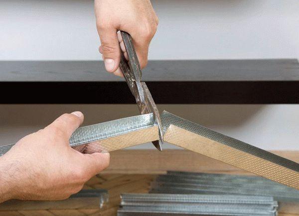 Нарезка металлопрофиля должна производиться подходящим для этой цели инструментом