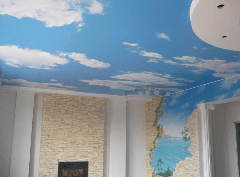 Потолок не обязательно делать однотонным, очень оригинально будет смотреться имитация неба