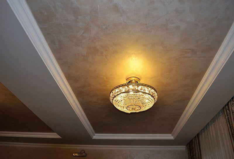 Декоративная штукатурка на потолке смотрится очень необычно и оригинально