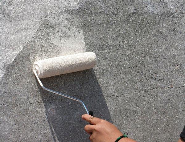 Прежде чем приступать к отделке оштукатуренной стены, должно пройти от одной недели до месяца