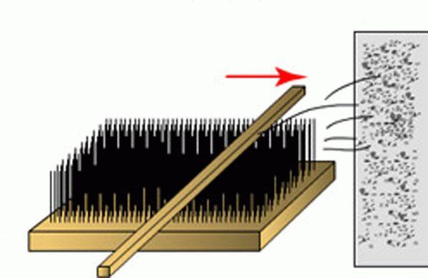 Применение щетки для нанесения штукатурки под шубу