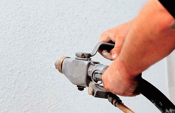 Нанесение декоративной штукатурки компрессором