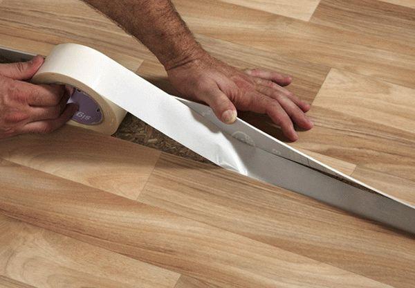 Стыковка линолеума с помощью двухстороннего скотча