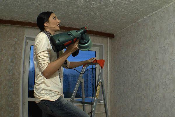 Окраска потолочной плитки с помощью краскопульта