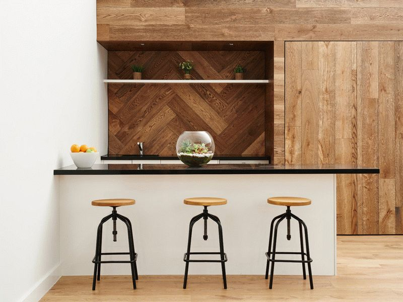 С помощью стенового ламината можно разделить кухню на зоны