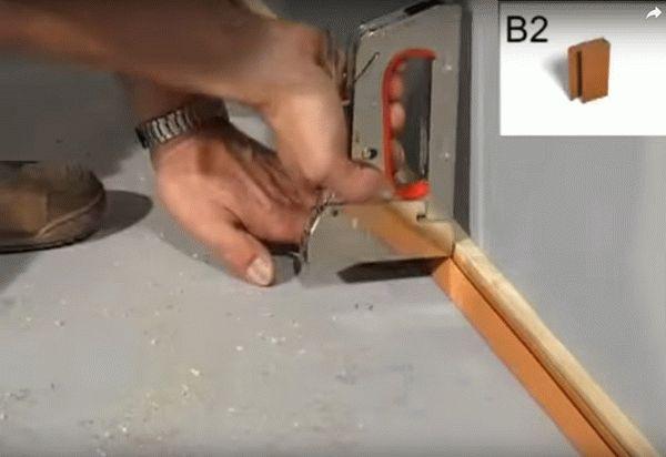 Крепление нижнего плинтуса к деревянной рейке