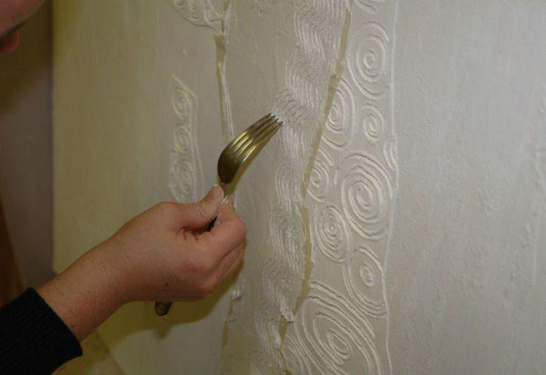 Создать рельефный рисунок на декоративной штукатурке можно с помощью обычной столовой вилки