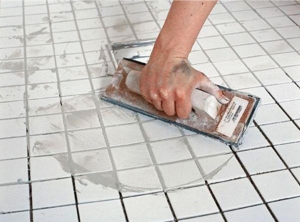 Затирка швов обеспечивает решение многих проблемных вопросов, влияющих на срок службы напольного покрытия