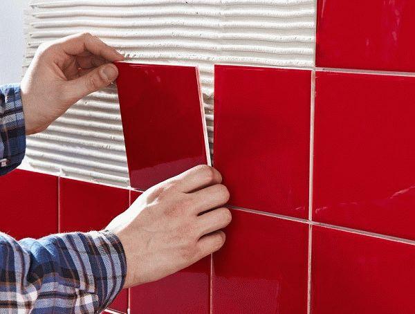 Укладка небольшой квадратной плитки на гипсокартонную стену