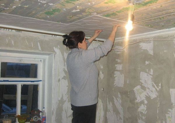 Поклейка плитки из пенопласта на потолок
