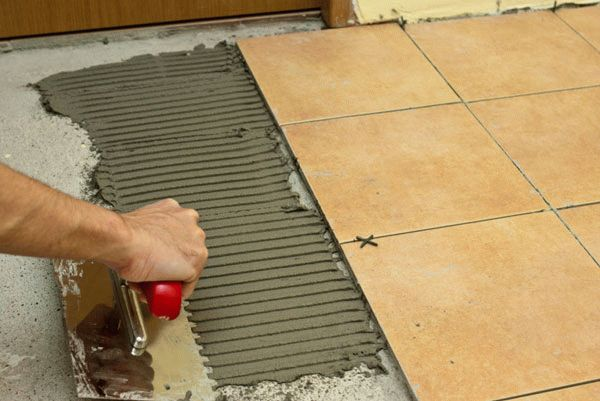 Чтобы уменьшить расход затирки необходимо наносить плиточный клей тонким слоем