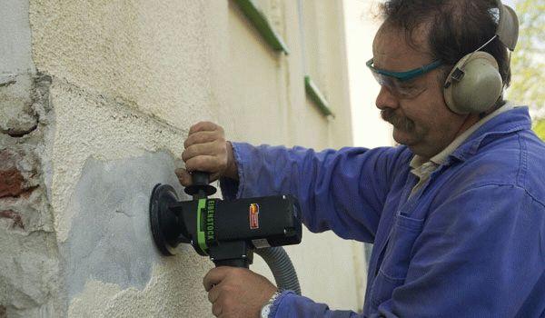 Удаление старого покрытия со стен